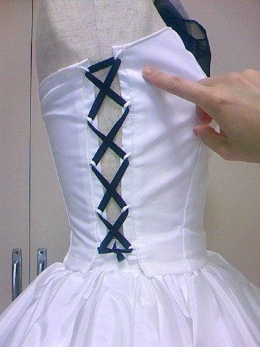 コルセットやピッタリしたビスチェ、ドレス身頃などにはシルエットを保つ為必ずボーンが使われています。縫い代に仕込むだけで簡単にキレイなシルエットになりますお!